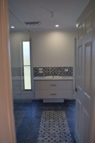 WHITE_-_bathroom_11-e1495608321708